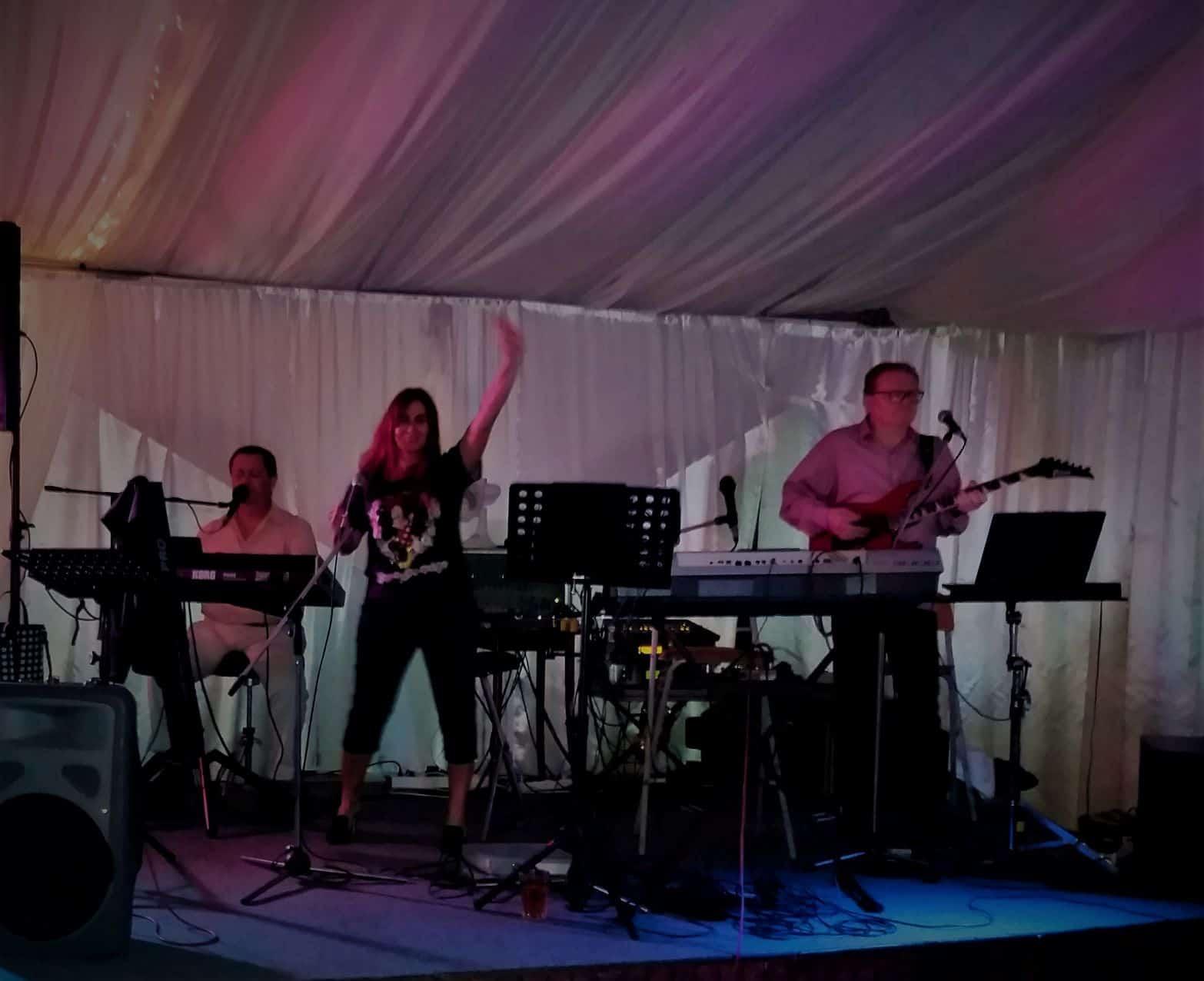 A zenekar esküvőre igény esetén a vőfélyt vagy a ceremóniamestert is biztosítja.