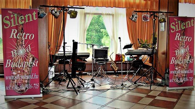 Esküvői zenekar az esküvői ceremónia hangosítását is vállalja.