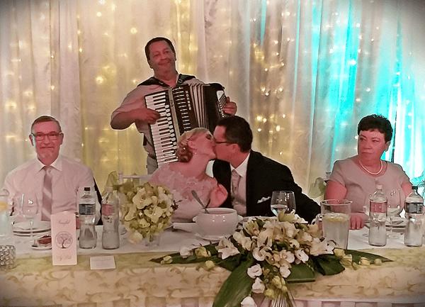 A zenekar esküvőre a ceremóniamesteri tevékenyéget harmonika kisérettel is kiegészítheti.
