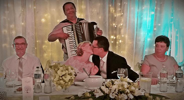 Zenekar esküvőre. A ceremóniamester harmonikázik is.
